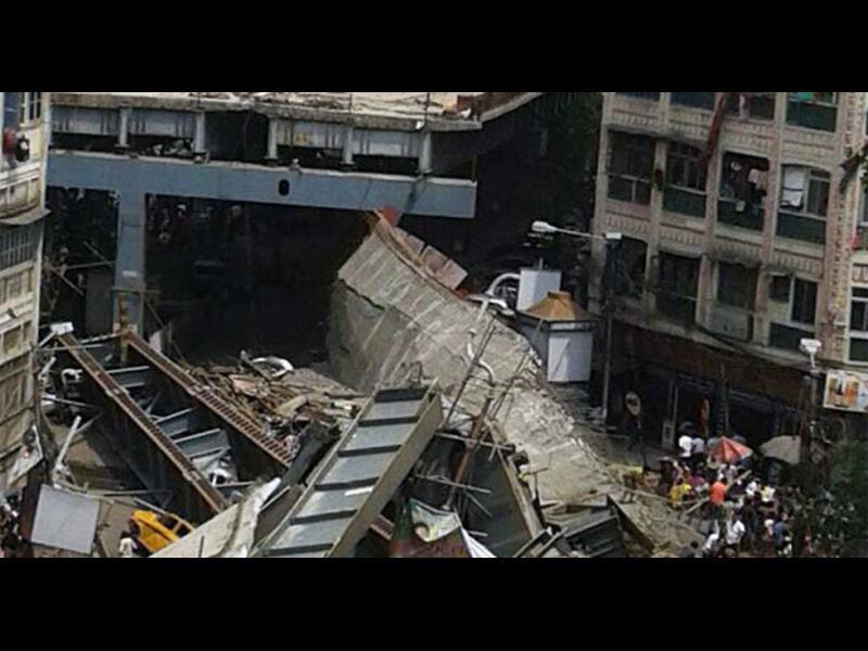 /ВИДЕО+СНИМКИ/Срути се надлез в Индия. Най-малко 14 души загинахa - картинка 1
