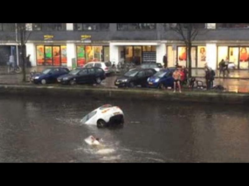 /ВИДЕО/ Спасиха майка и дете от потъваща кола в канал в Амстердам - картинка 1