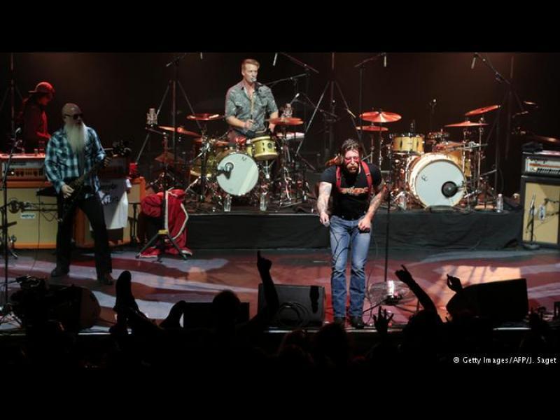 Музиката победи тероризма: Eagles of Death Metal се върнаха на парижка сцена - картинка 1