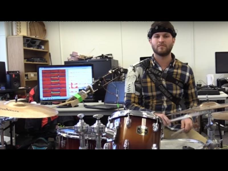 /ВИДЕО/Този барабанист НАИСТИНА има три ръце! - картинка 1