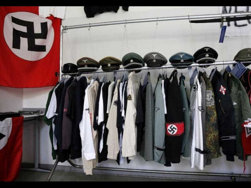/ВИДЕО/ Свещеник смърка кокаин в стая, пълна с нацистки вещи - картинка 1
