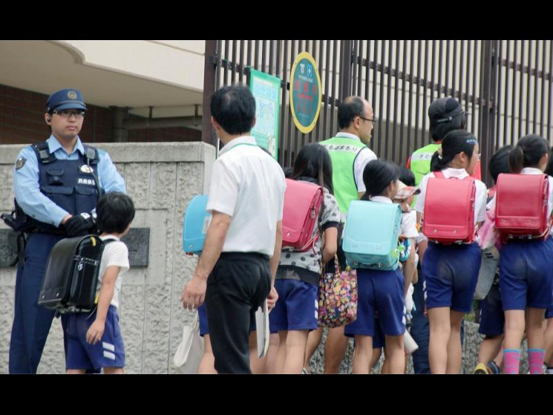 Полицията води деца до училище заради Якуза - картинка 1