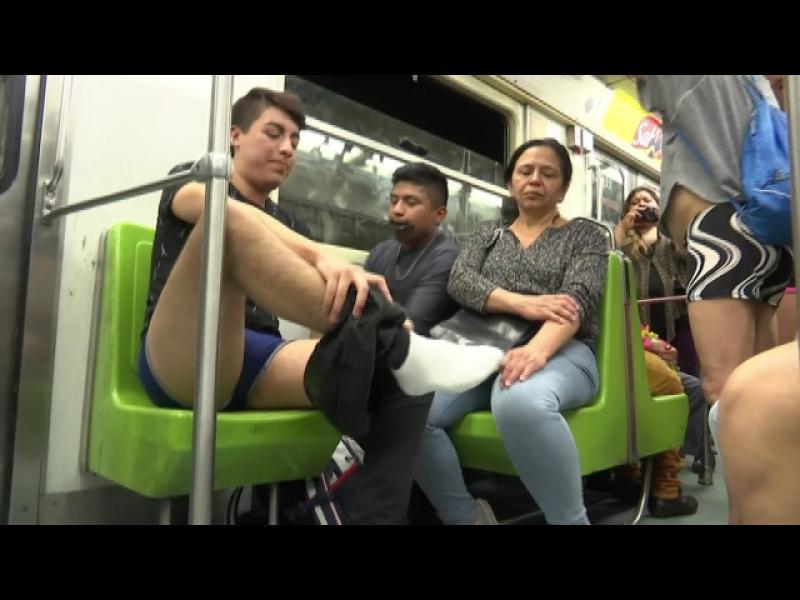 По долни гащи в мексиканското метро - картинка 1