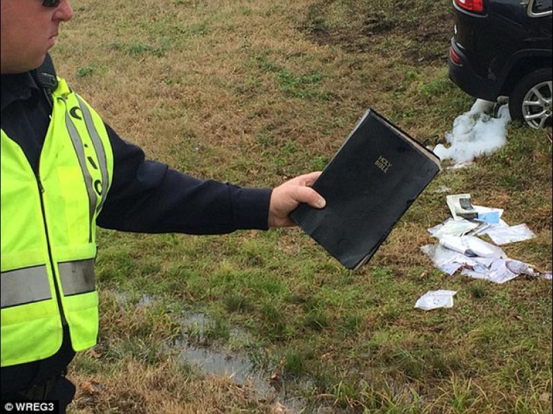 (ВИДЕО) Божествен знак: Само Библията оцеля при пътен инцидент - картинка 1