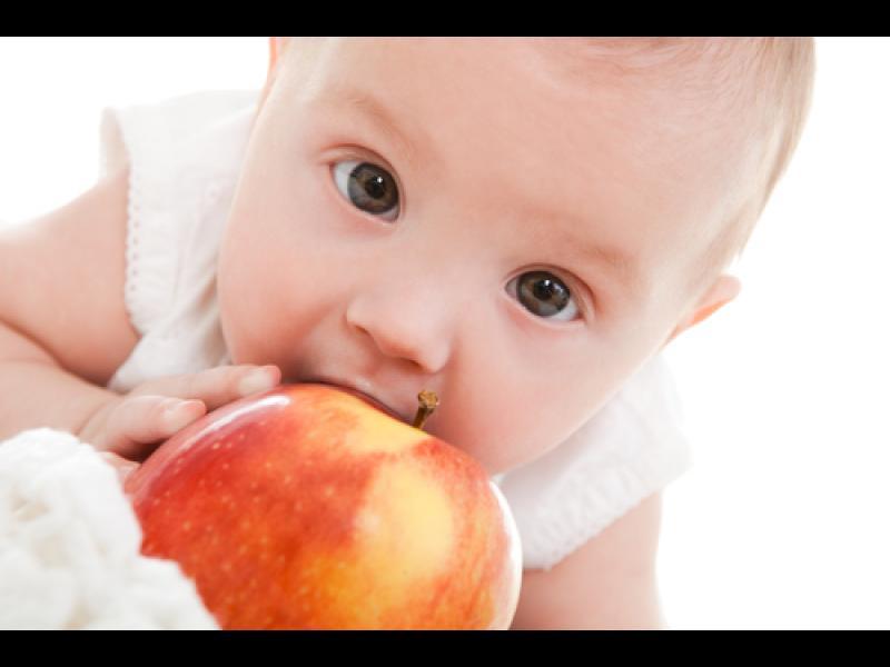Да даваме ли на бебето сурови плодове и зеленчуци?