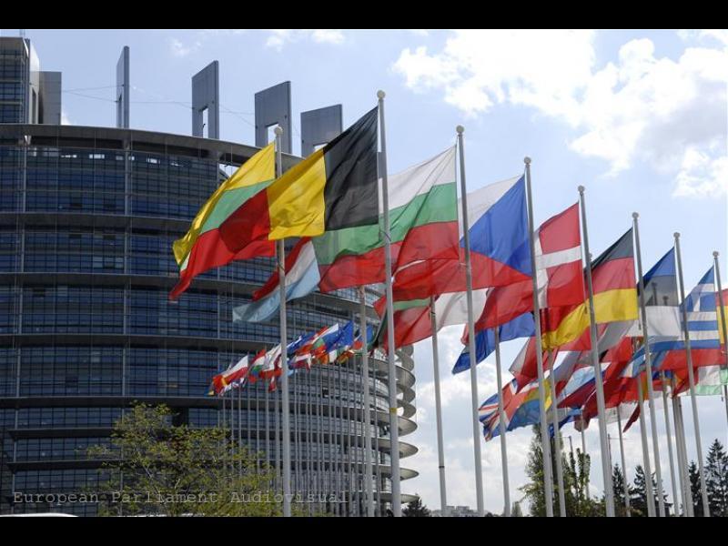 Европейските чиновници са призовани да останат по домовете си