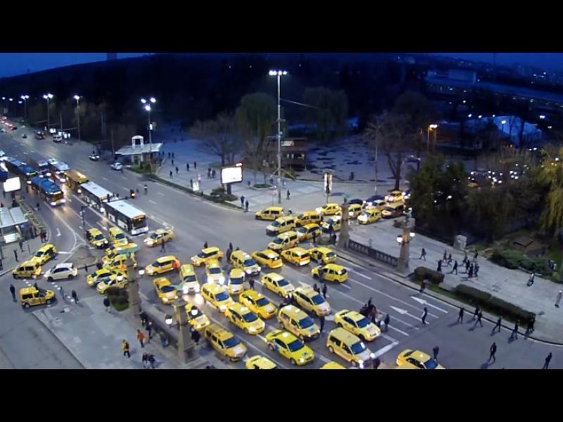 """ИЗВЪНРЕДНО: Таксита спряха движението на """"Орлов мост"""" - картинка 1"""