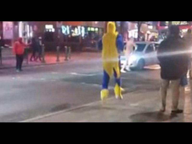 /ВИДЕО/ Човек, облечен като банан, арестува гол мъж на улицата - картинка 1
