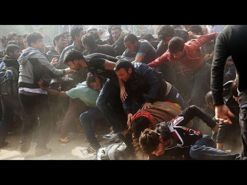 Гърция на ръба на хаоса - мигрантите се бунтуват срещу депортацията в Турция - картинка 1