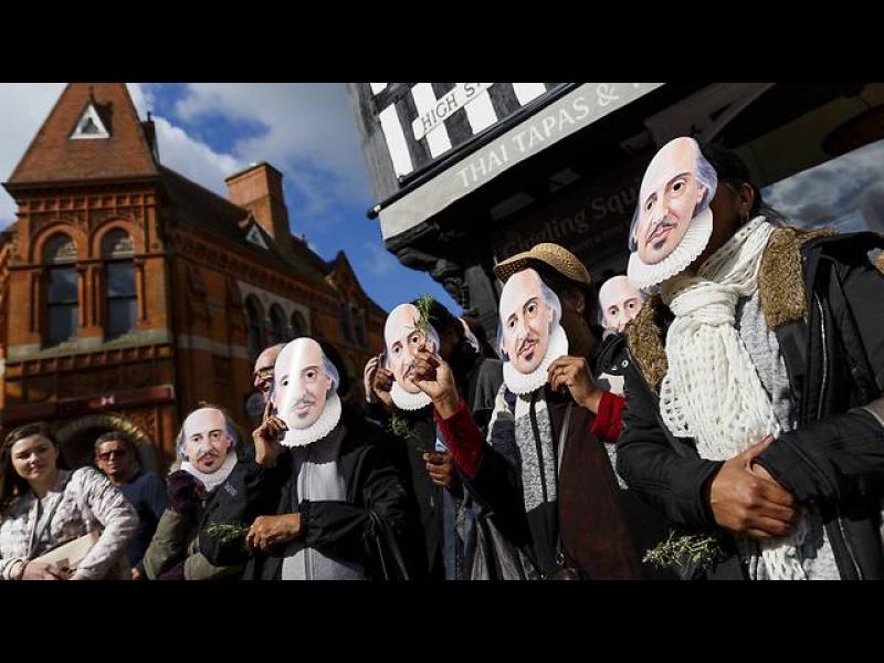 Слагане на маски в памет на Шекспир, в неговия роден град Стратфор Ейвън, Англия