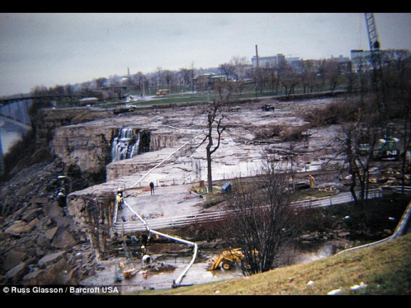 Напълно пресушеният водопад по време на ремонтната дейност