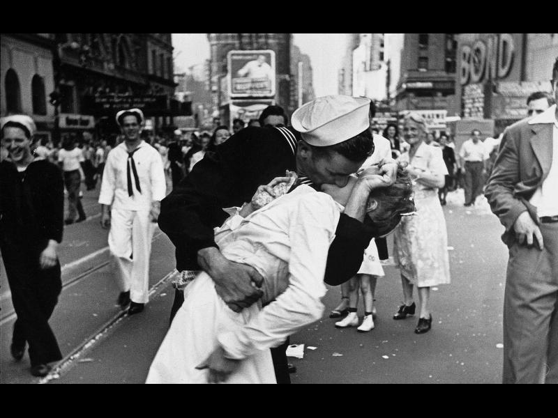 /СНИМКИ/ Легендарните фотографирани целувки - картинка 1