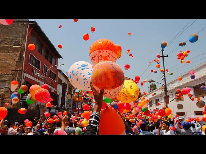 Балони в небето, в памет на загиналите при тежкото земетресение в Непал, преди година