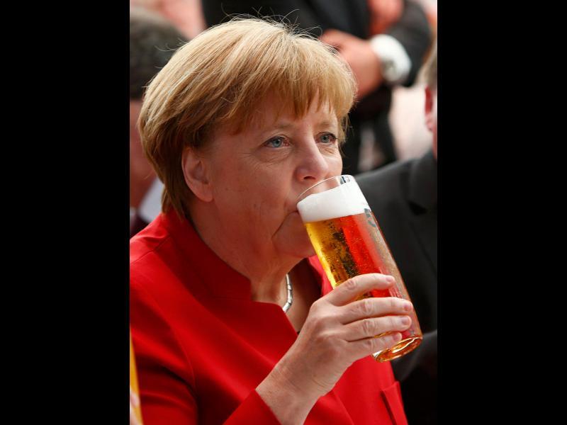 Ангела Меркел пийва бира на церемонията по отбелязването на 500 години от създаването на немския закон за чистотата на бирата