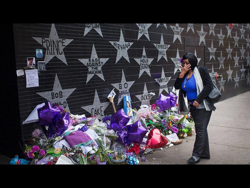 Цветя в памет на Принс, пред клуб в Минеаполис