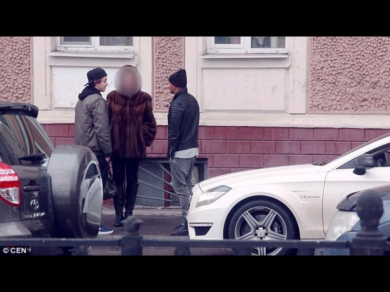 /ВИДЕО+СНИМКИ/ Син на руски олигарх убеждава жени да се съблекат на улицата - картинка 1