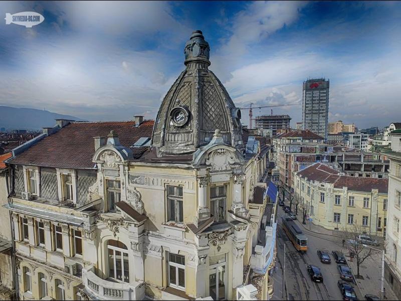 """Куполът на сградата на ъгъла на ул. """"Алабин"""" и ул. """"Цар Асен""""- """"Себат Фархи""""."""
