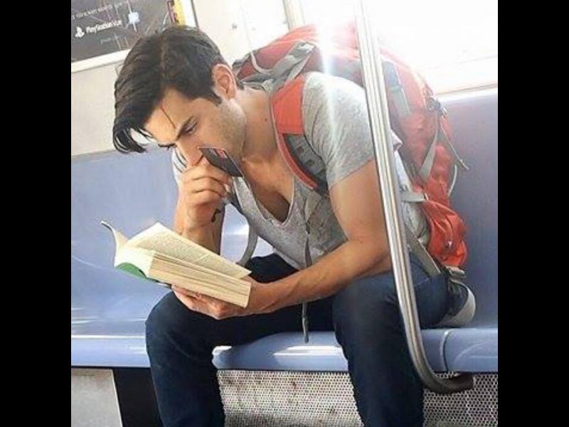 /СНИМКИ/ Искаме и ние такива готини и четящи мъже в метрото… - картинка 1