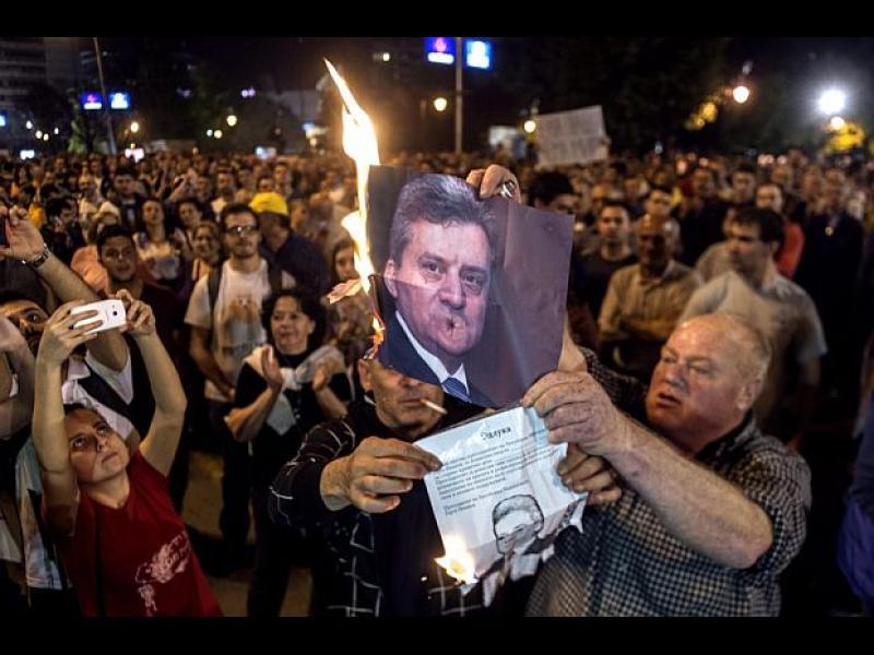 /ВИДЕО/ Пламъци, счупени стъкла и прекършени надежди в Македония - картинка 1