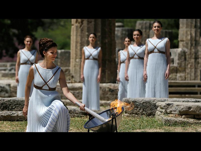 Божествена танцьорка запалва олимпийския огън в Гърция, който ще обиколи света и ще завърши своето пътешествие на игрите в Рио тази година