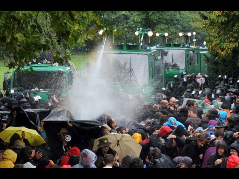 ИЗВЪНРЕДНО! Безредици и стотици арестувани в Щутгарт! - картинка 1