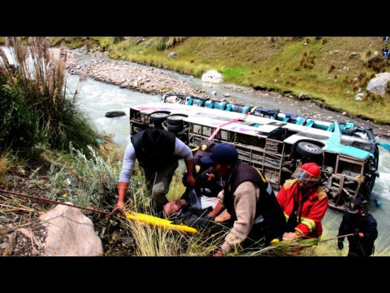 /ВИДЕО/ Жестока автобусна катастрофа в Перу - картинка 1