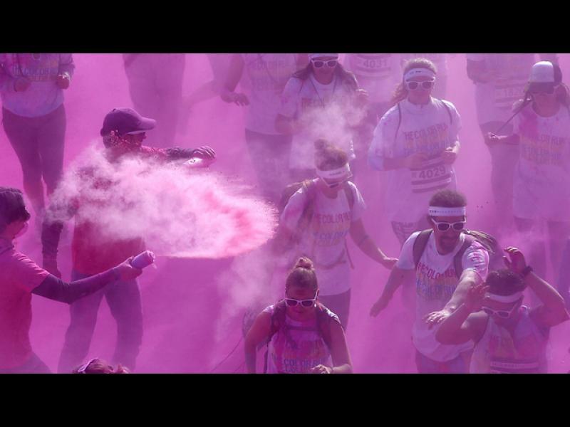 """""""Цветен маратон"""" в Париж. Участниците избягаха 5км. оцветени във всевъзможни цветове"""