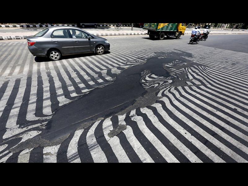 /ВИДЕО/ Рекордни жеги в Индия, пътищата се топят - картинка 1