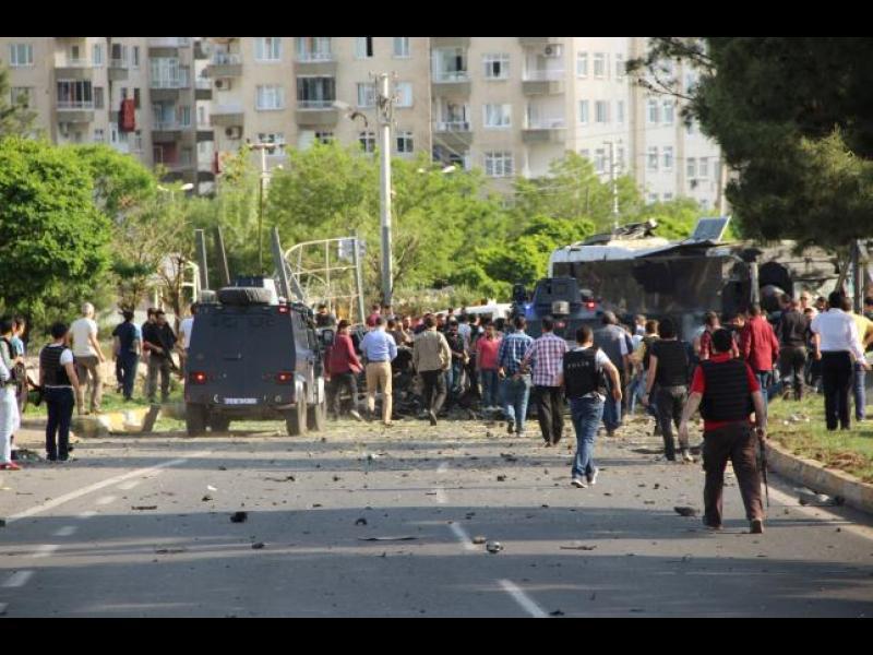 Кола бомба се взриви в  полицейска кола в Диарбекир - картинка 1
