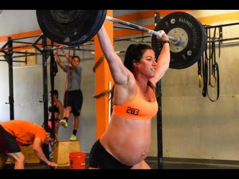 Невероятно! Бременна в 9-тия месец вдига 120 кг тежести - картинка 1