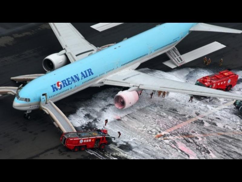 Горящ самолет предизвика паника на летището в Токио - картинка 1