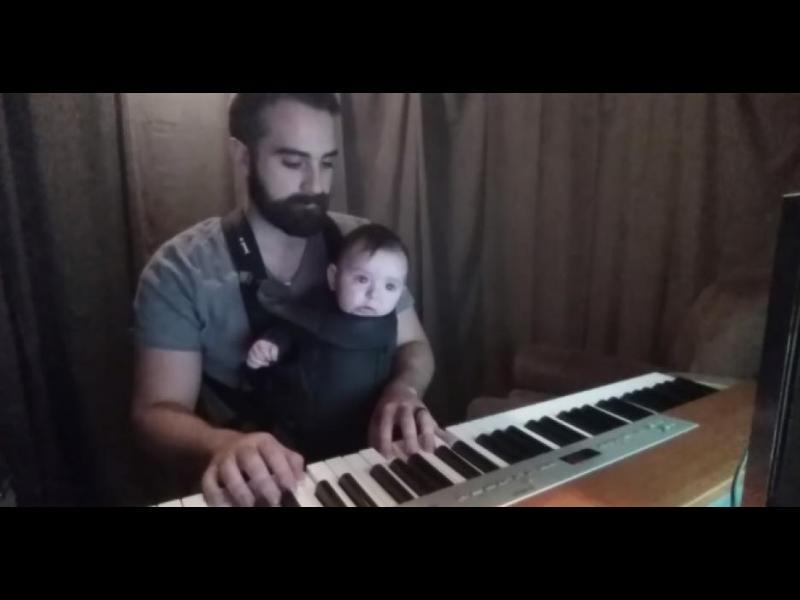 /ВИДЕО/ Този баща приспива бебето си по доста оригинален начин