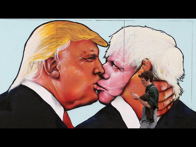 /СНИМКИ/ Тръмп получи камъни, бутилки и..целувка - картинка 1