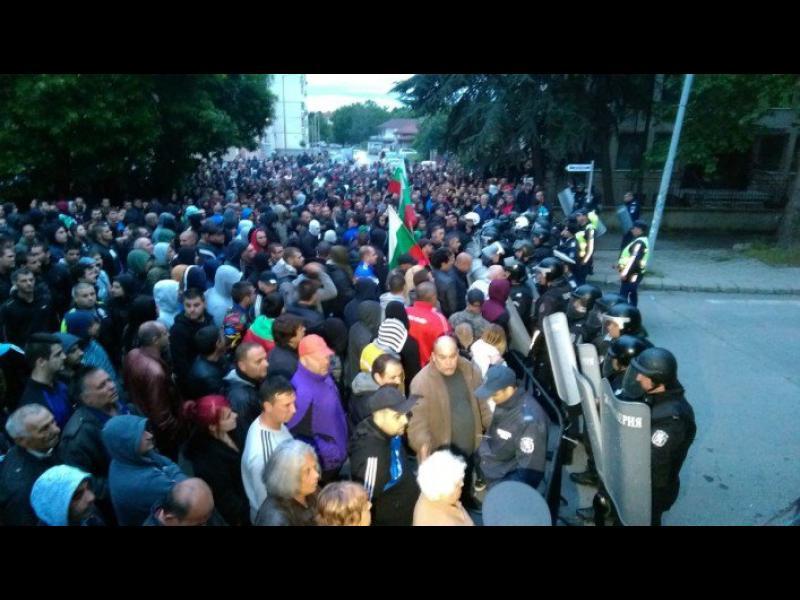Раднево - кървав протест срещу роми и ранени полицаи - картинка 1