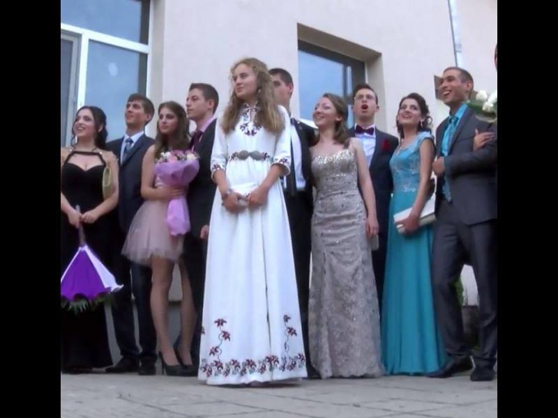 С народна носия на абитурентски бал - картинка 3