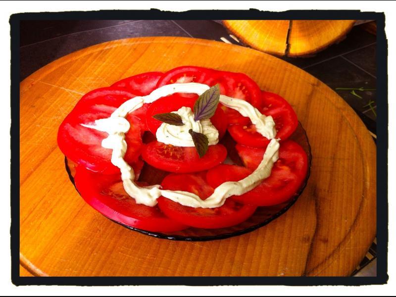 Домашна кухня: Розови домати с мус от козе сирене, извара и босилек