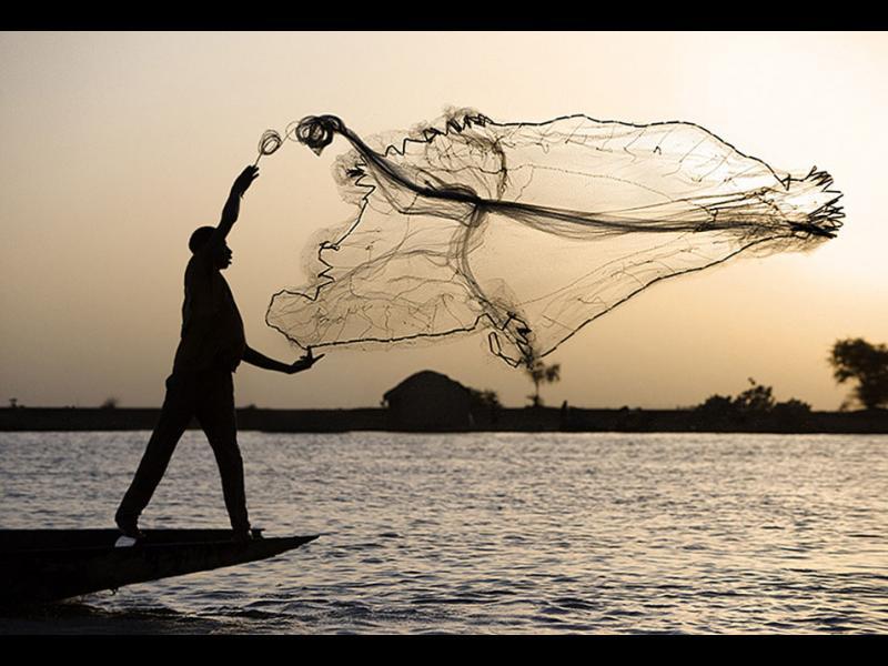 Рибарски мрежи, миди и безкрайно синьо