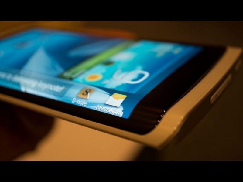 Apple евентуално може и да пусне телефон с огънат дисплей, през следващата година