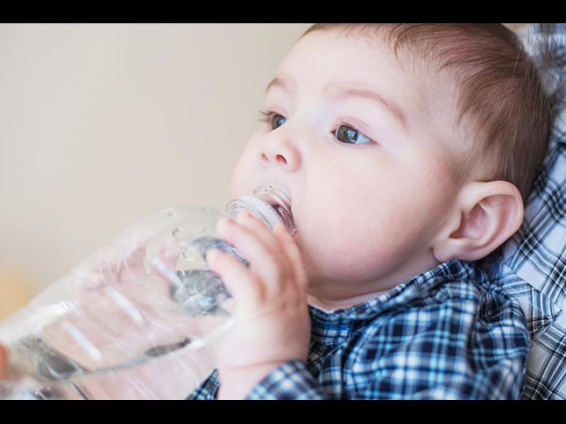 Защо кърмачетата имат нужда от вода?