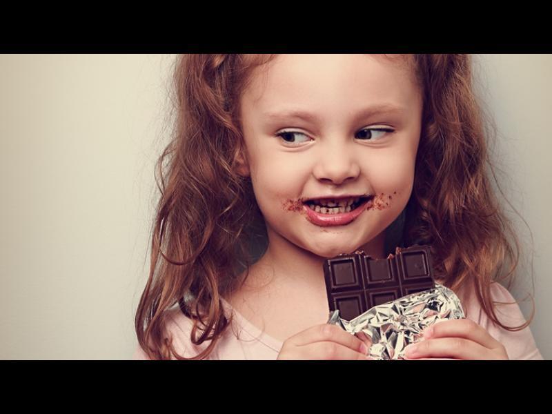 Трябва ли да даваме шоколад на децата?