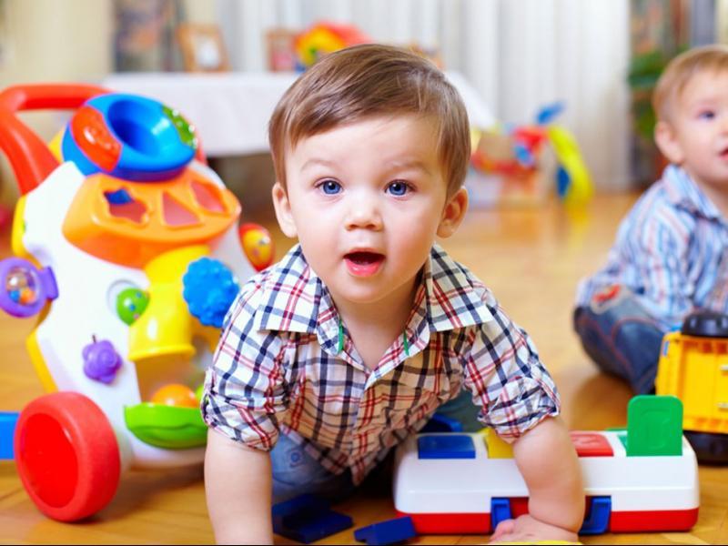 Кога бебето се научава да се обръща, надига, пълзи и ходи?