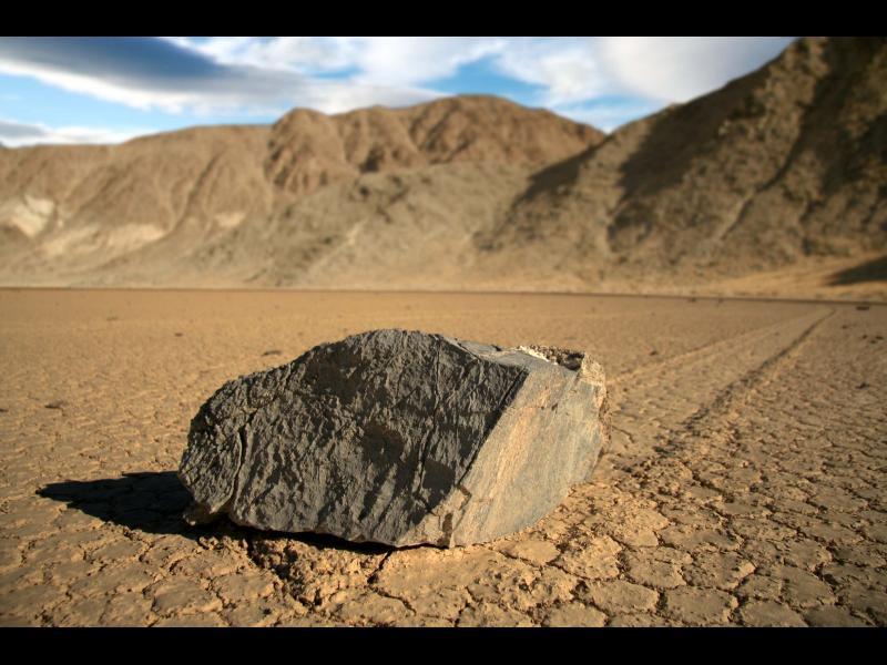 Какво се крие зад мистерията на движещите се камъни в Долината на смъртта?