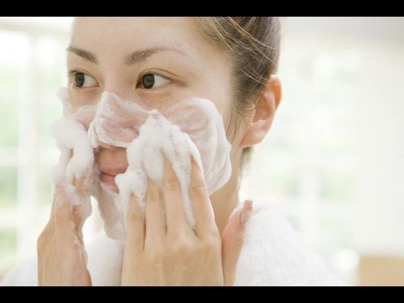 С какво е най-добре да почистваме лицето си?