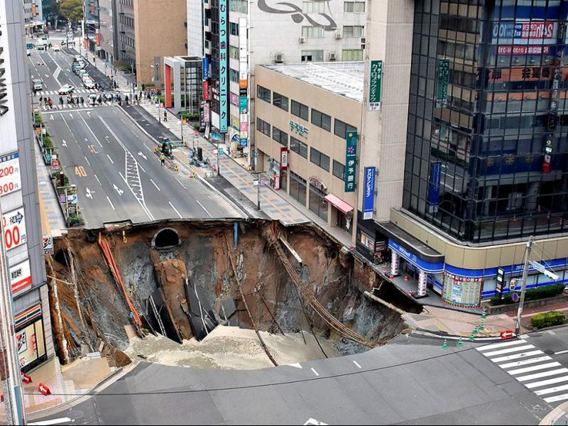 Огромна дупка зейна на улица в Япония (ВИДЕО)