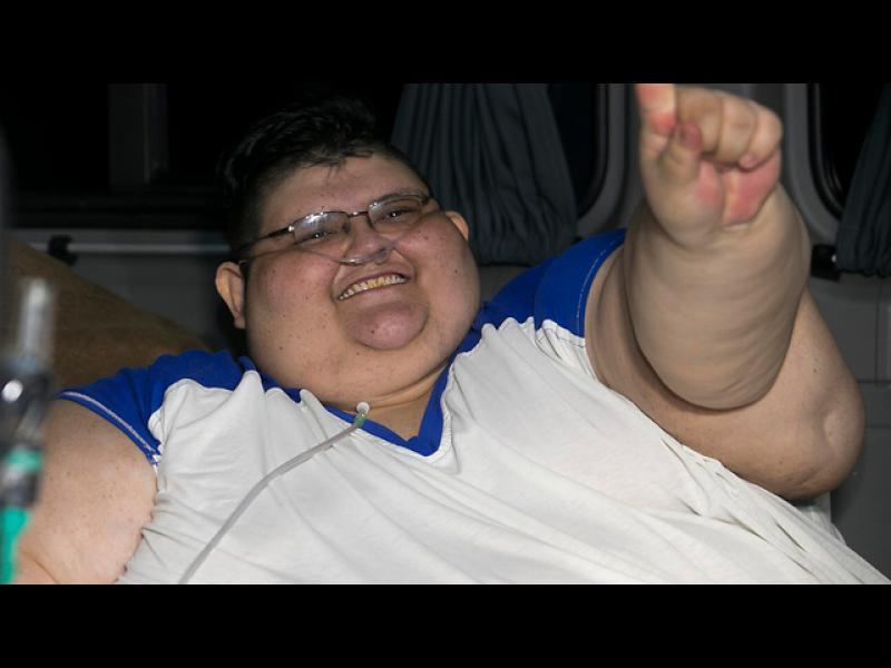 500-килограмов мъж отпразнува първия си ден извън къщи!
