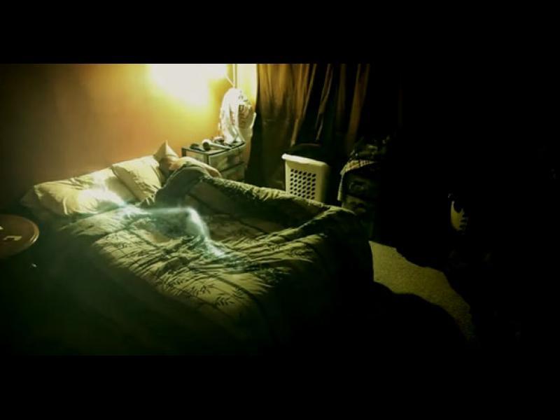 Смартфон апликация записа призрачен глас в стаята на спяща жена