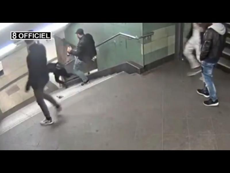 Брутална гавра! Група мъже блъскат млада жена по стълбите в берлинското метро /ВИДЕО/