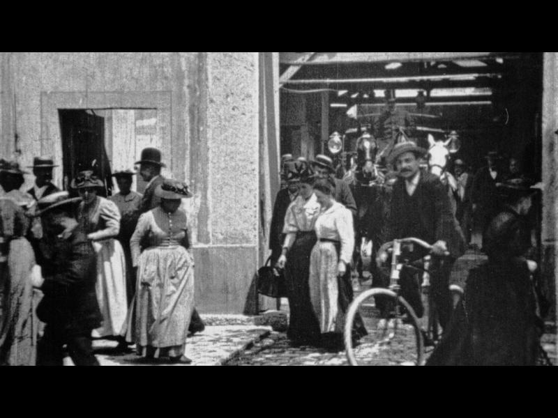 Работници напускат фабриката Люмиер в Лион