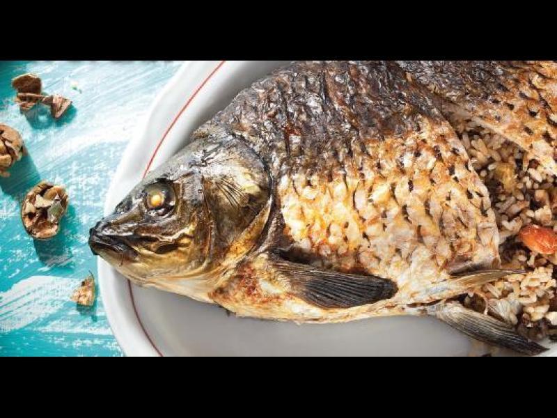 Манджите на баба: Пълнен шаран на фурна с орехи и стафиди за Никулден