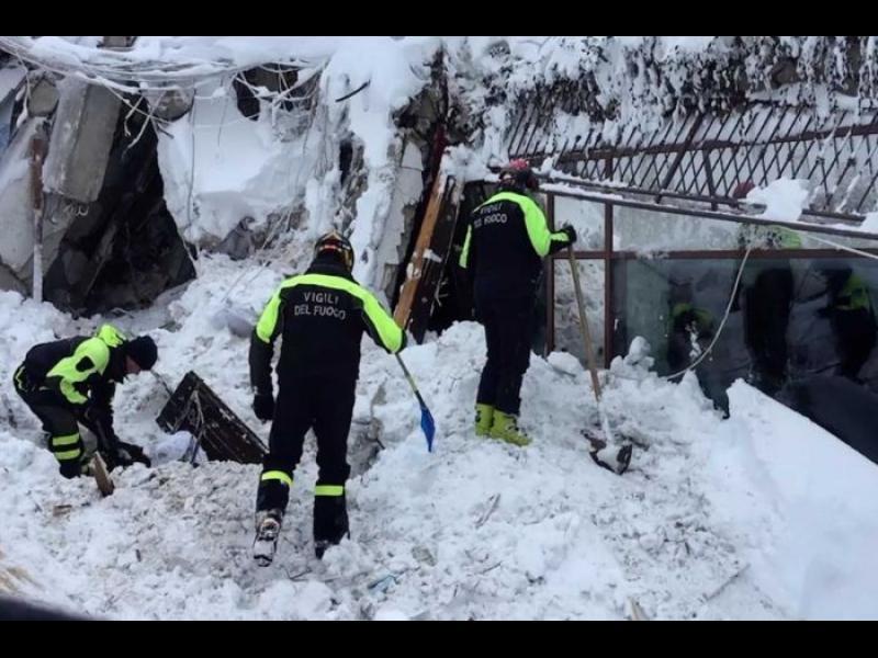 Шестима оцелели в хотела, затрупан от лавина в Италия